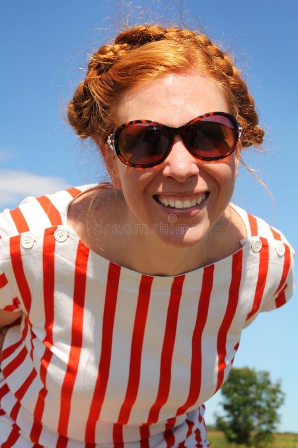 Download Glimlachende vrouw stock afbeelding. Afbeelding bestaande uit nadenkend - 29502473