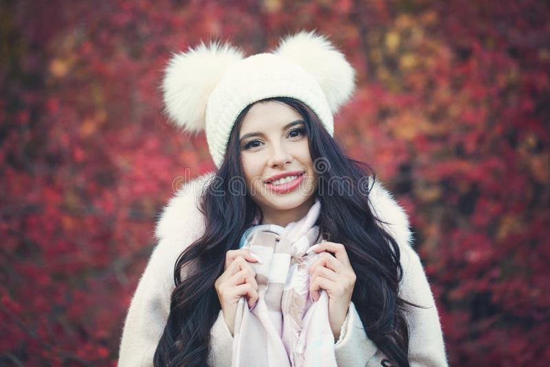 Glimlachende vrouw in dalingspark De herfst donkerbruine vrouw royalty-vrije stock afbeeldingen
