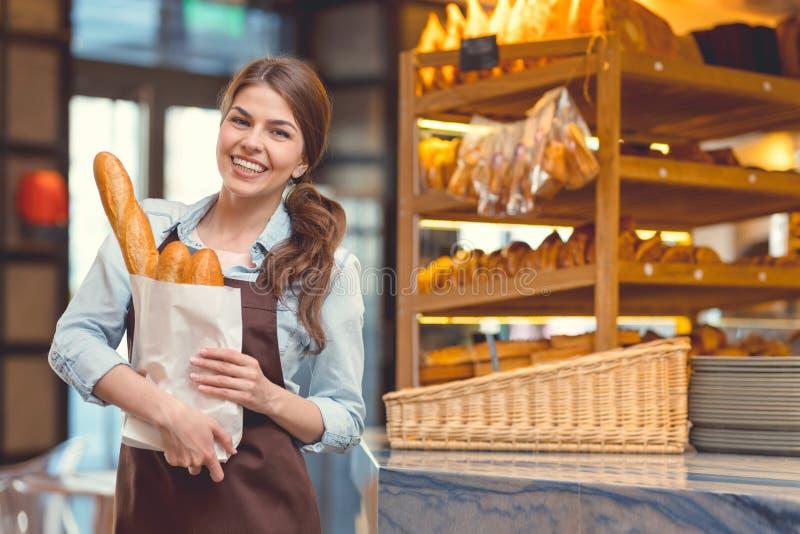 Glimlachende vrouw in de bakkerij royalty-vrije stock afbeelding