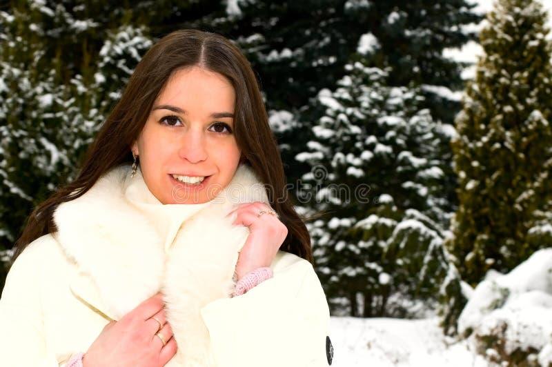 Glimlachende vrouw in de winterpark royalty-vrije stock afbeeldingen