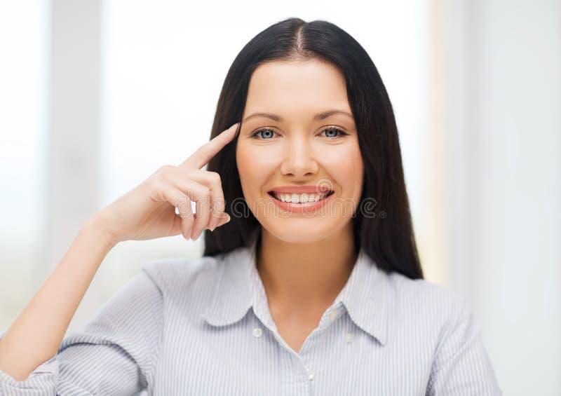 Glimlachende vrouw die aan imaginy glazen richten stock afbeelding