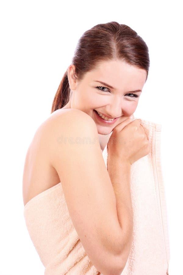 Glimlachende vrouw die badhanddoek draagt royalty-vrije stock foto's