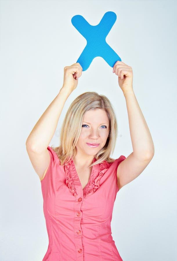 Glimlachende vrouw die brief X houden stock afbeelding