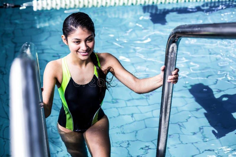 Glimlachende vrouw die de pool weggaan stock afbeeldingen