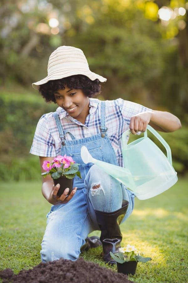 Glimlachende vrouw die in de tuin buigen royalty-vrije stock foto