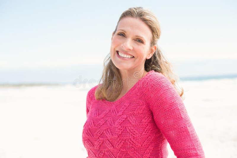 Glimlachende vrouw die een mooie roze bovenkant dragen royalty-vrije stock foto's