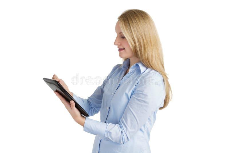 Glimlachende vrouw die een touchscreen tablet gebruikt royalty-vrije stock foto