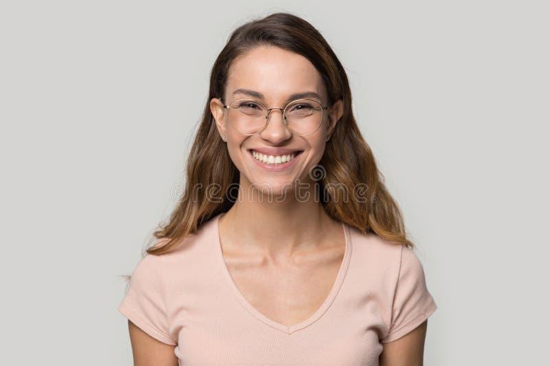 Glimlachende vrouw die in glazen het schot van de camerastudio bekijken royalty-vrije stock foto's