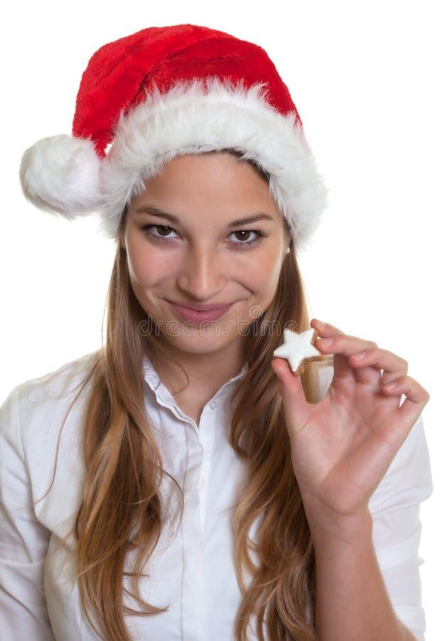 Glimlachende vrouw die Kerstmiscake tonen stock fotografie