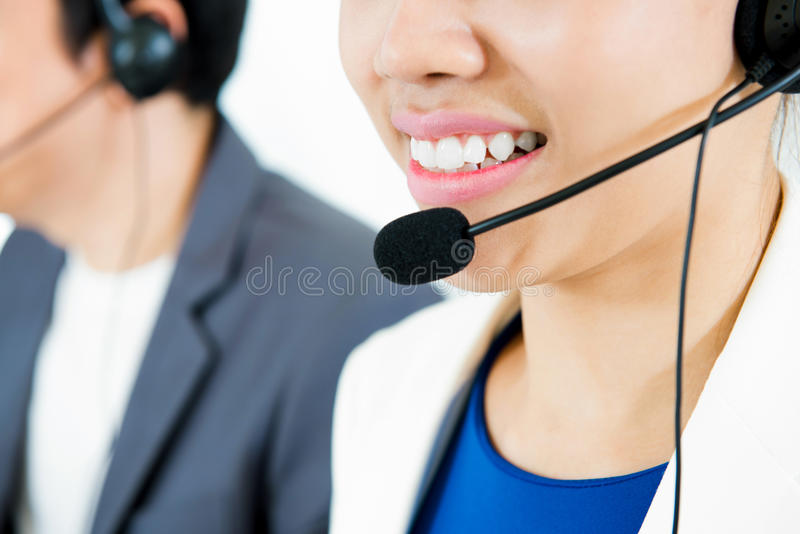 Glimlachende vrouw die microfoonhoofdtelefoon dragen als exploitant of tele stock afbeelding