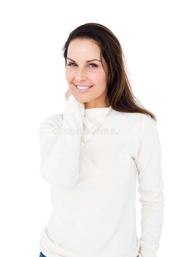 Glimlachende vrouw die natuurlijk stellen royalty-vrije stock foto's