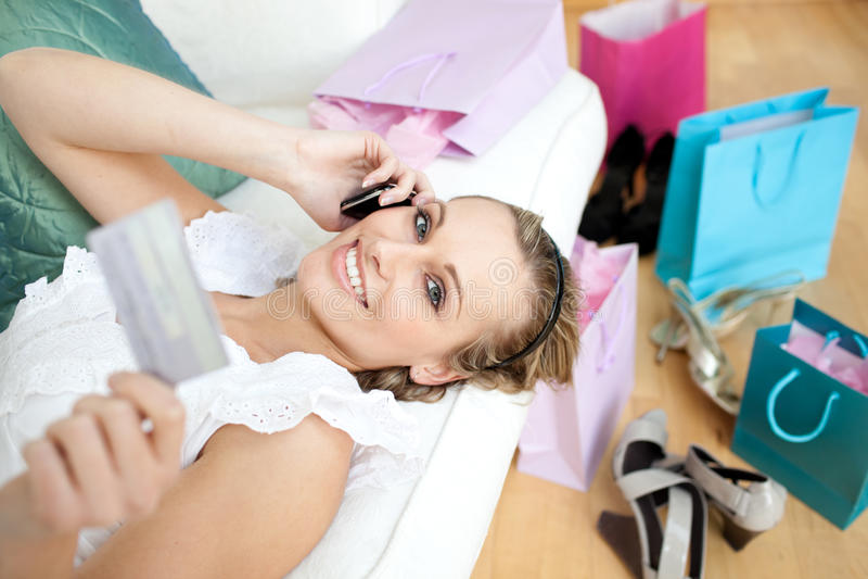 Glimlachende vrouw die op de telefoon opdracht geeft tot royalty-vrije stock afbeelding