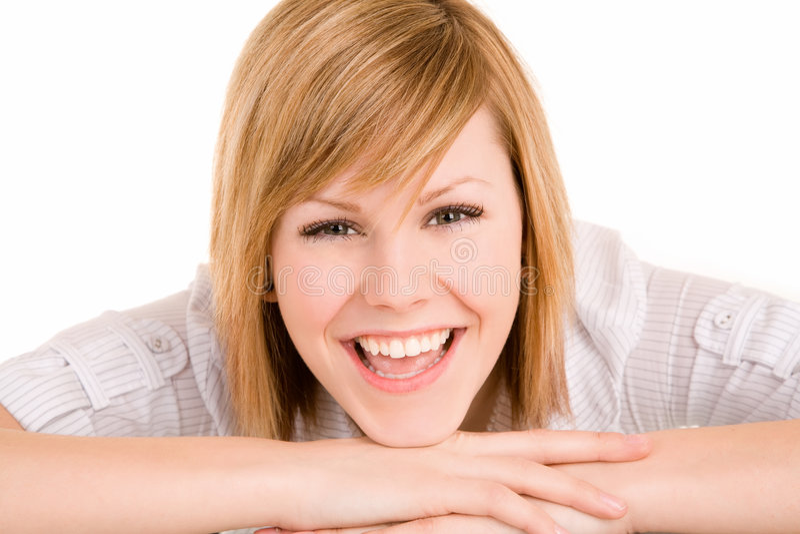 Glimlachende Vrouw die op haar Bureau legt stock foto's