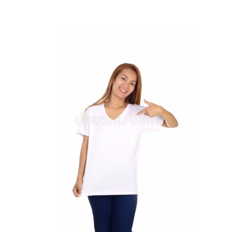 Glimlachende vrouw die op lege witte t-shirt richten stock afbeeldingen