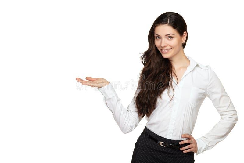 Glimlachende vrouw die open handpalm tonen stock foto