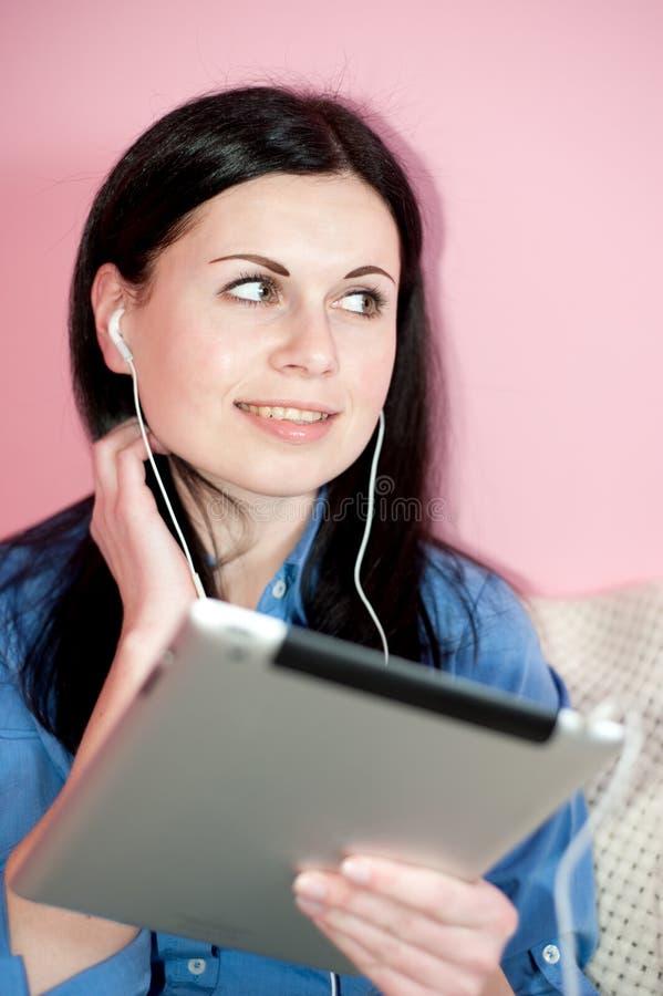 Glimlachende vrouw die tabletPC met behulp van royalty-vrije stock afbeelding