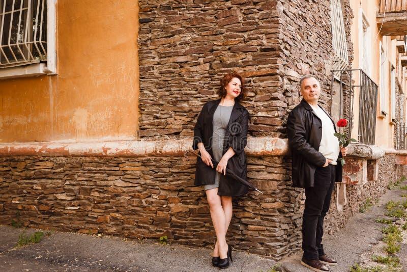Glimlachende vrouw en man op middelbare leeftijd op een datum Rood nam in de handen van een bejaarde toe royalty-vrije stock afbeelding