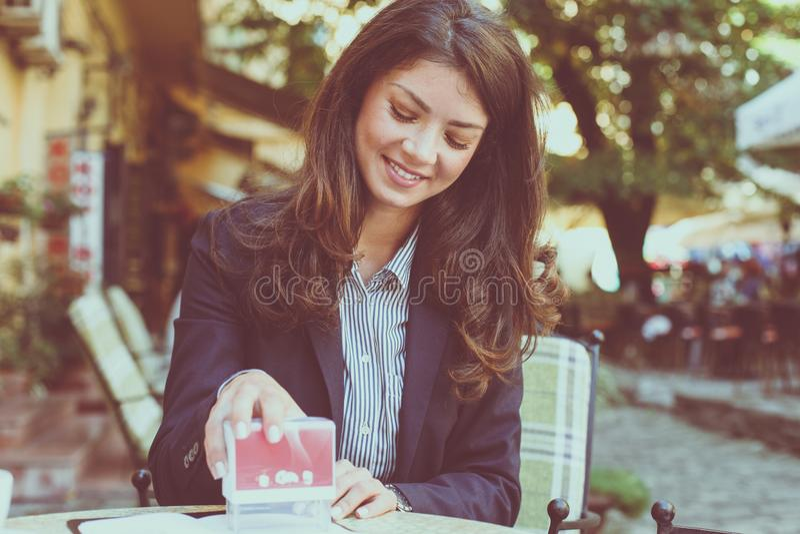 Glimlachende vrouw goedgekeurde bedrijfsdocumenten royalty-vrije stock afbeelding