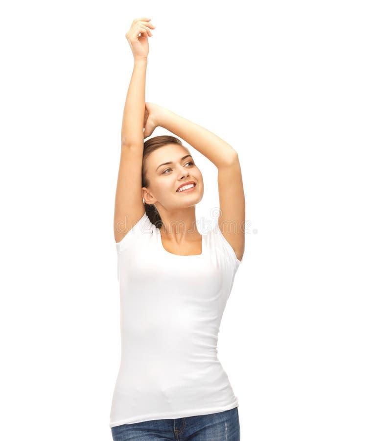 Glimlachende vrouw in lege witte t-shirt royalty-vrije stock afbeelding