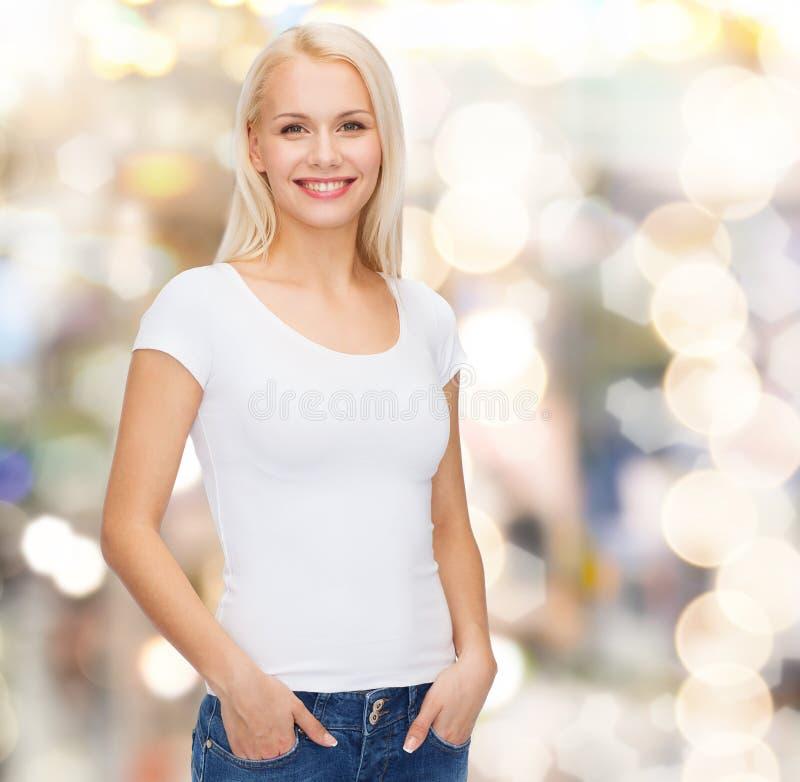 Glimlachende vrouw in lege witte t-shirt royalty-vrije stock afbeeldingen