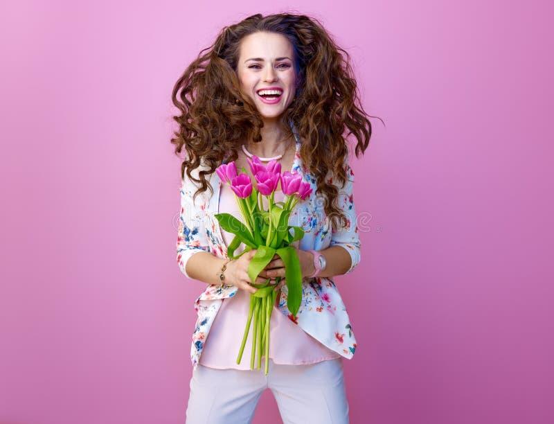 Glimlachende in vrouw met boeket van tulpen het springen royalty-vrije stock fotografie