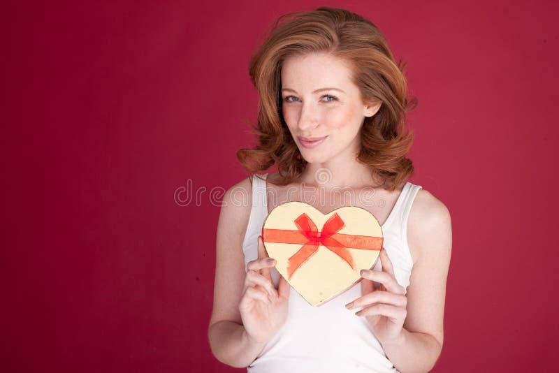 Glimlachende Vrouw met de Gift van Valentijnskaarten royalty-vrije stock afbeeldingen