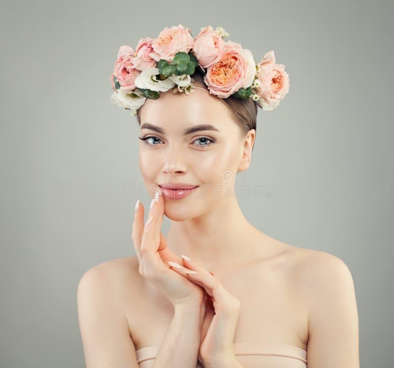 Glimlachende vrouw met duidelijke huid Kuuroordmodel met Bloemen royalty-vrije stock afbeelding