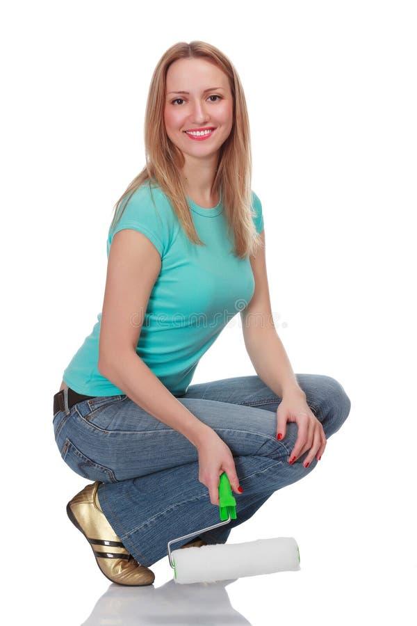 Glimlachende vrouw met een borstel royalty-vrije stock afbeelding