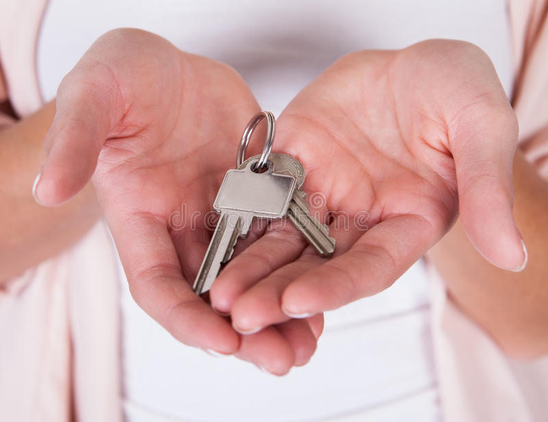 Glimlachende vrouw met een reeks sleutels stock fotografie