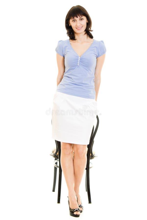 Glimlachende vrouw met een stoel royalty-vrije stock foto's