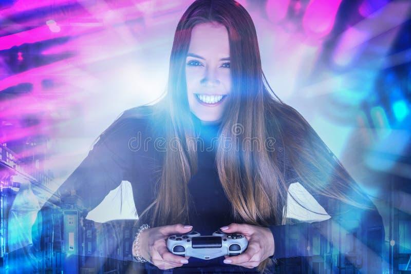 Glimlachende vrouw met gamepad in stad royalty-vrije stock fotografie