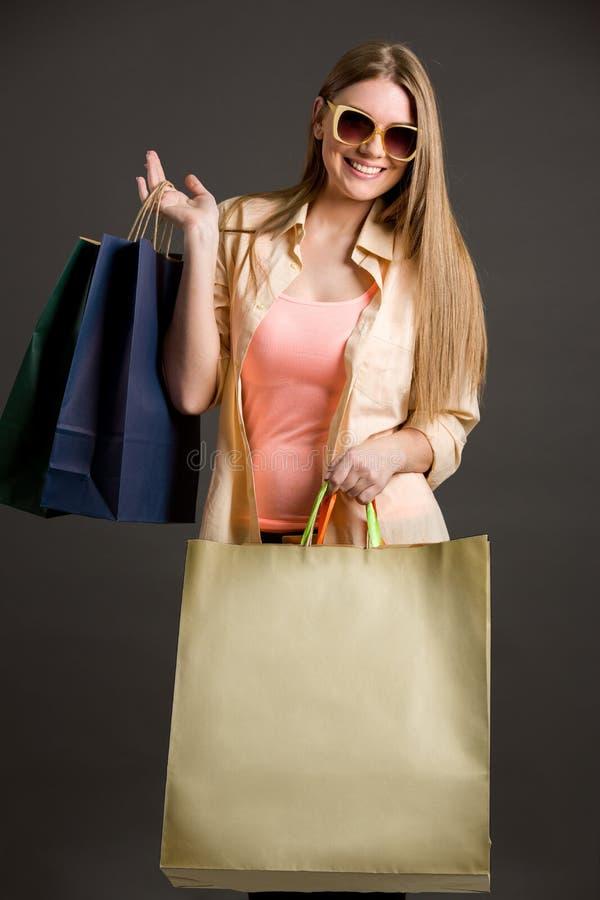 Glimlachende vrouw met het winkelen zakken royalty-vrije stock foto