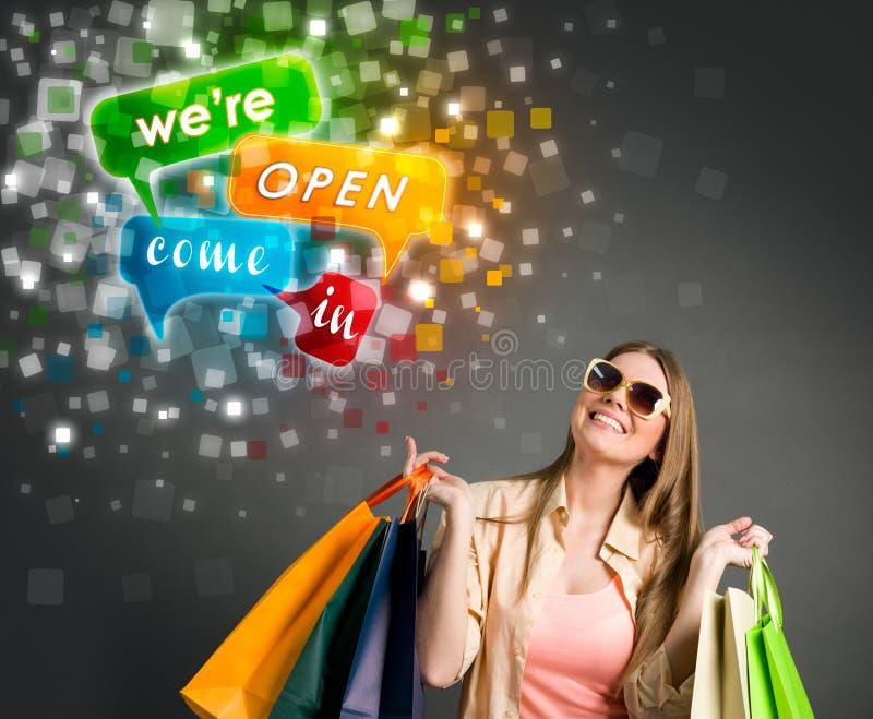 Glimlachende vrouw met het winkelen zakken en verkoop royalty-vrije stock afbeelding