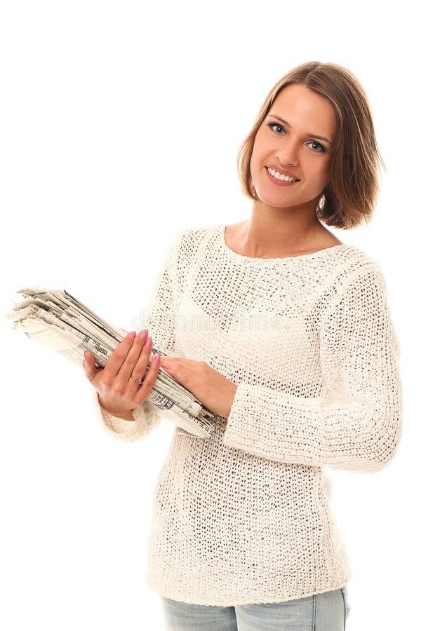 Glimlachende vrouw met kranten in handen stock afbeelding