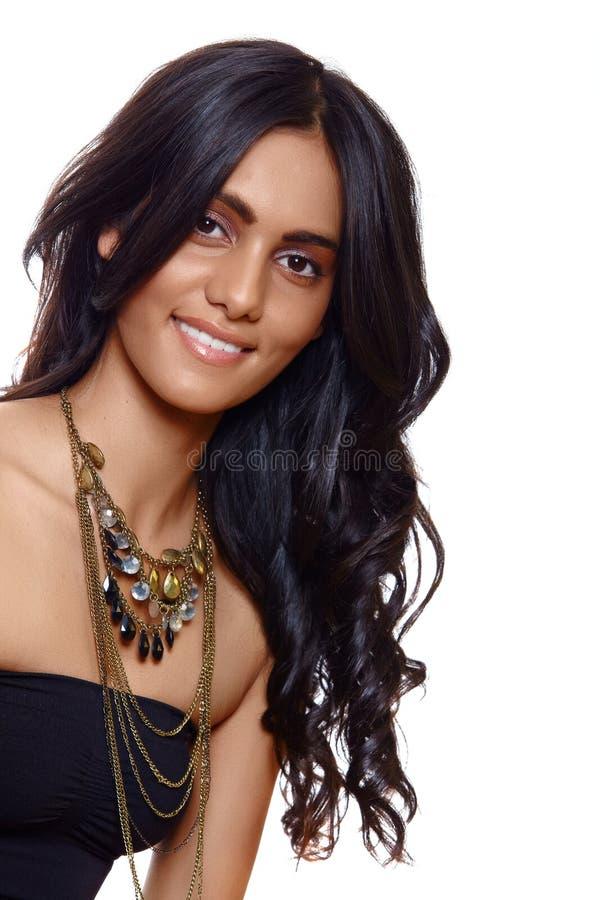 Glimlachende vrouw met lang haar stock afbeelding