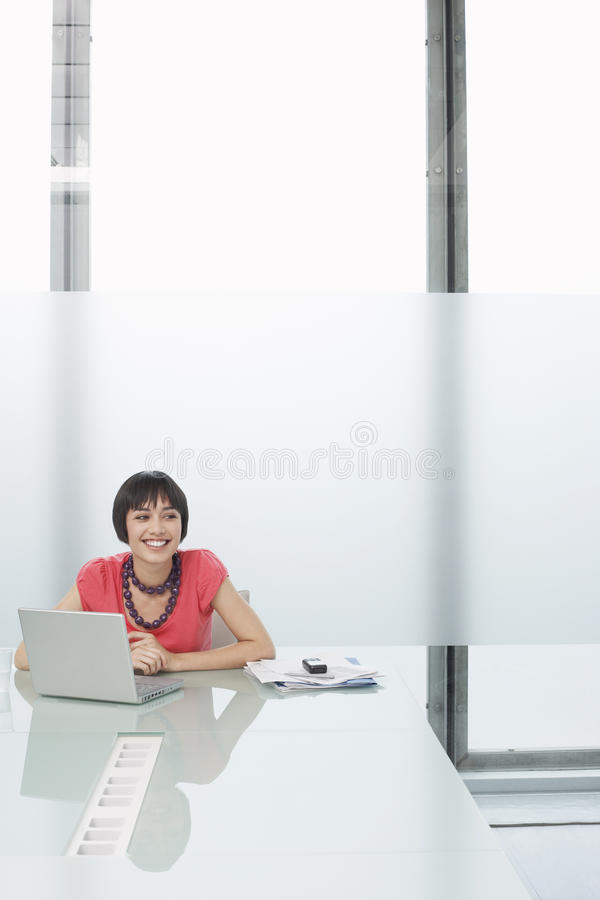 Glimlachende Vrouw met Laptop in Moderne Cel stock foto's