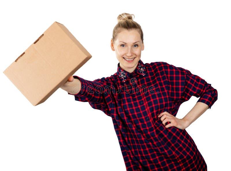 Glimlachende vrouw met lege kartondoos ter beschikking op witte achtergrond royalty-vrije stock foto's