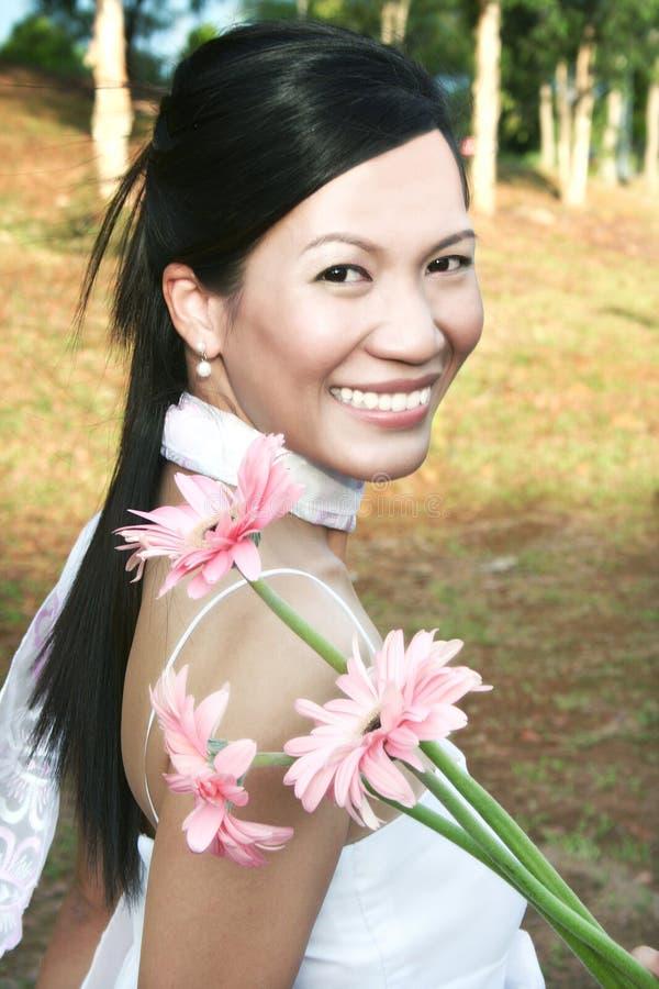 Glimlachende vrouw met madeliefje stock afbeeldingen