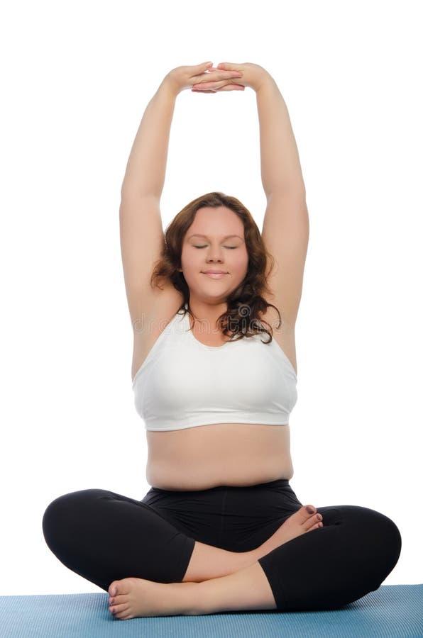 Glimlachende vrouw met overgewicht betrokken bij geschiktheid royalty-vrije stock afbeeldingen