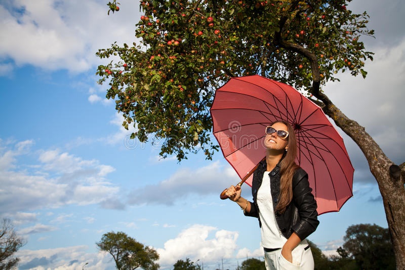 Glimlachende Vrouw met Paraplu over Autumn Rain royalty-vrije stock foto