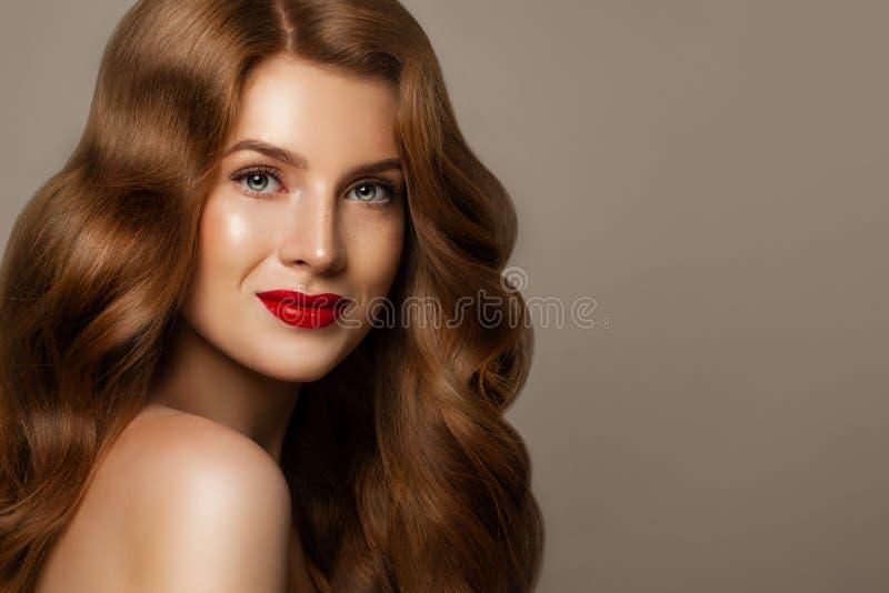Glimlachende Vrouw met Rood Krullend Haar Perfect roodharigemodel stock foto's