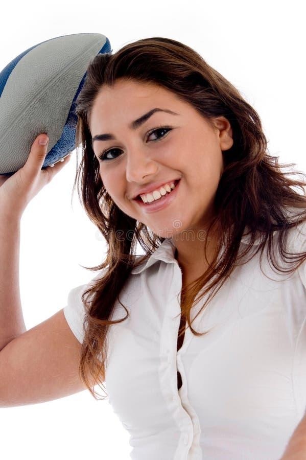 Glimlachende vrouw met rugbybal royalty-vrije stock foto