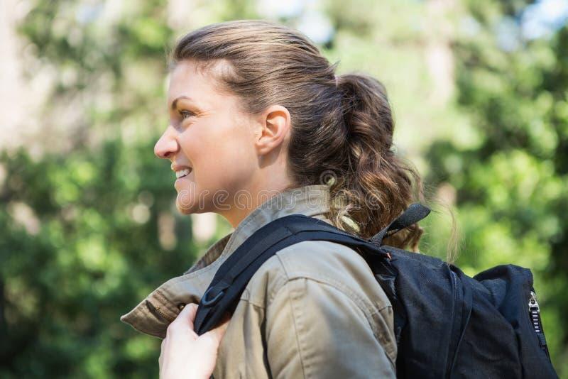 Glimlachende vrouw met rugzak royalty-vrije stock foto's