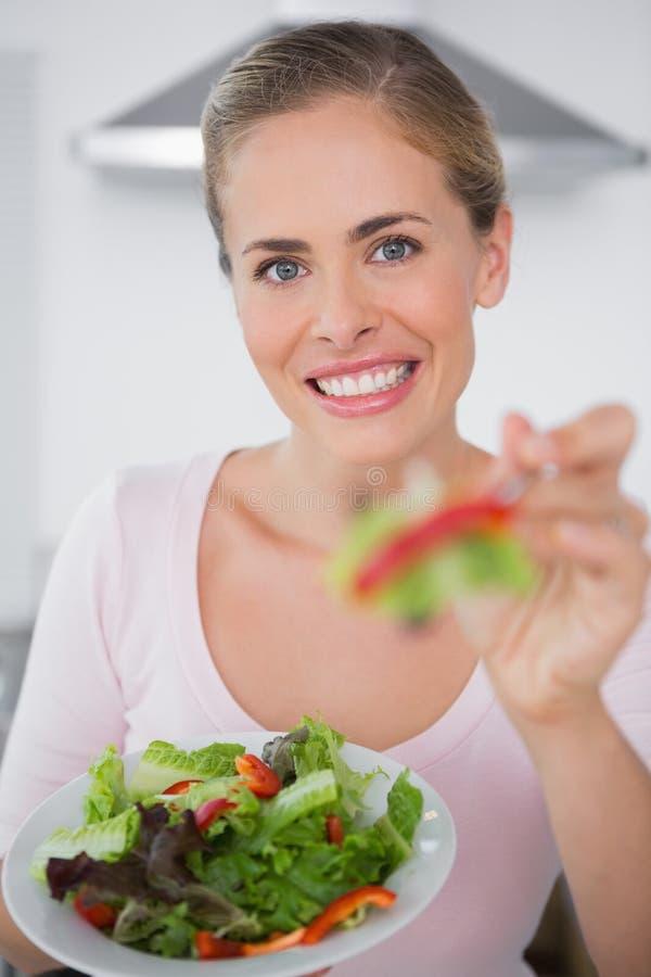 Glimlachende vrouw met saladeschotel royalty-vrije stock fotografie
