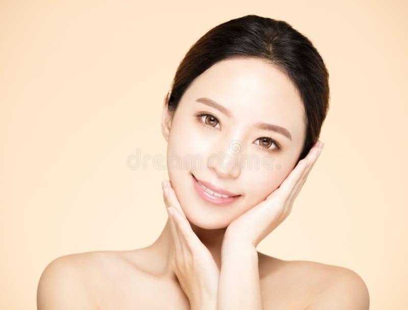 Glimlachende vrouw met schone verse huid stock afbeelding