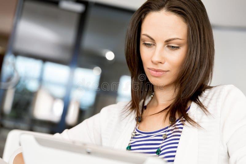 Glimlachende vrouw met tabletPC royalty-vrije stock afbeelding