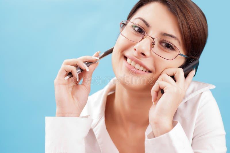Glimlachende vrouw met telefoon stock foto