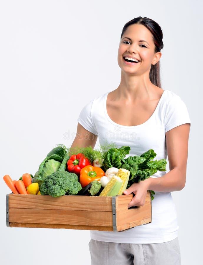 Glimlachende vrouw met vers product stock afbeelding