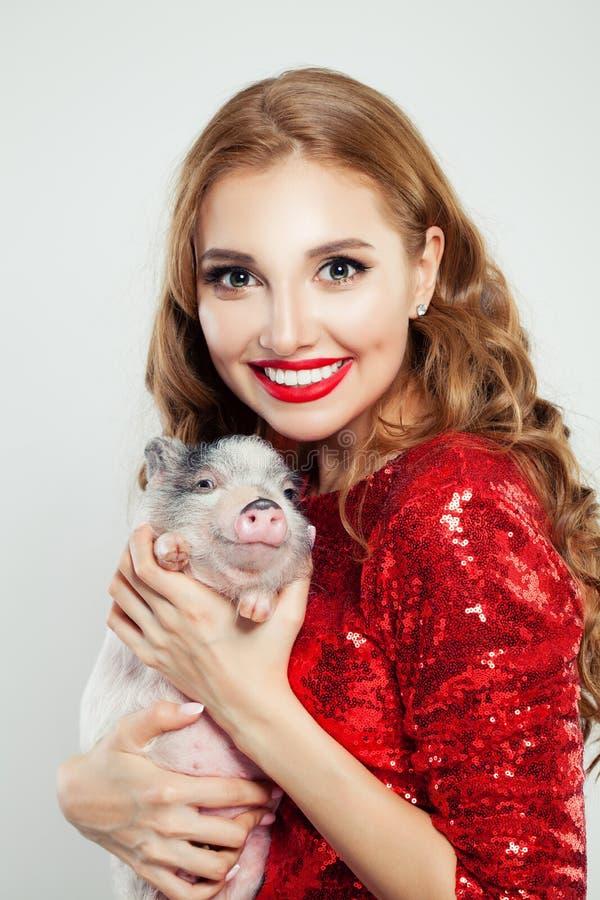 Glimlachende vrouw met weinig varken, portret royalty-vrije stock foto