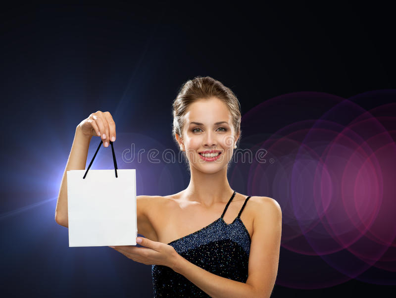 Glimlachende vrouw met witte lege het winkelen zak royalty-vrije stock foto's